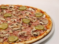 Пицца с ветчиной, огурцами сол. и шампиньонами