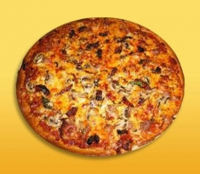 Пицца с колбасой, помидорами и шампиньонами
