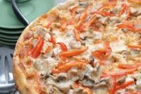 Пицца с курицей, помидорами и шампиньонами