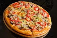 Пицца с ветчиной, помидорами и шампиньонами