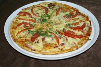 Пицца с курицей, помидорами, перцем и шампиньонами