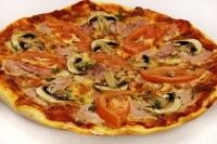 Пицца с грудинкой, помидорами, перцем и шампиньонами