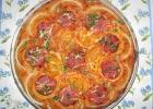 Пицца с колбасой и помидорами