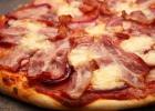 Пицца с грудинкой и помидорами