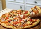 Пицца с мясом говядины, помидорами и шампиньонами